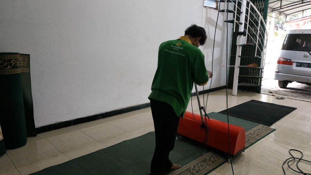 tips membersihkan rambut pada karpet masjid