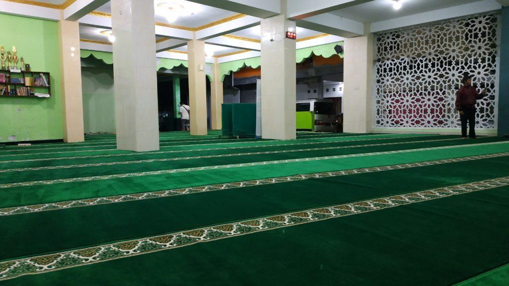 pemasangan karpet masjid yang di wakafkan